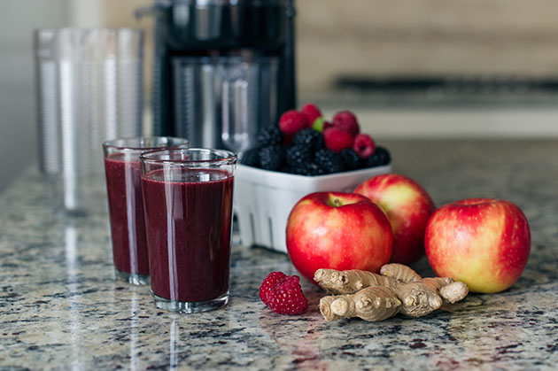 Soothing Hot Apple Berry Ginger Juice | www.kitchenconfidante.co